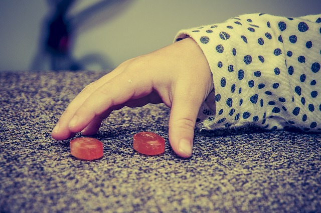 ruka u bonbonů