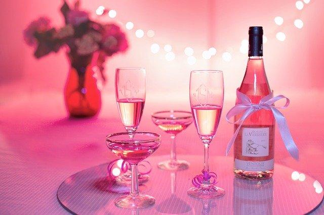 růžové víno a šampaňské