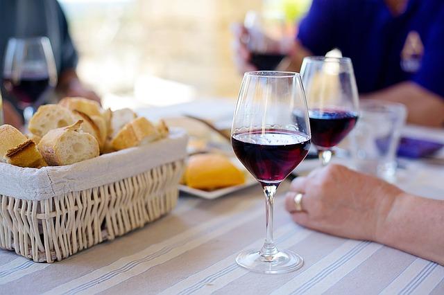 červené víno ve skleničkách