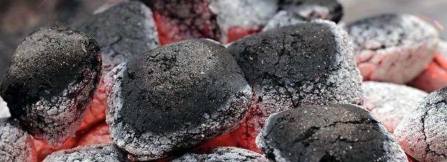 žhavé uhlíky na grilování