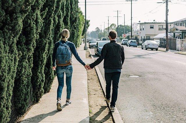 dvojice na procházce městem