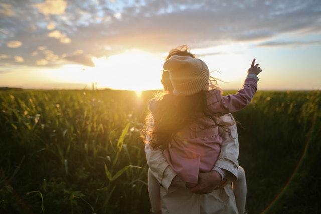 matka s dcerkou v trávě