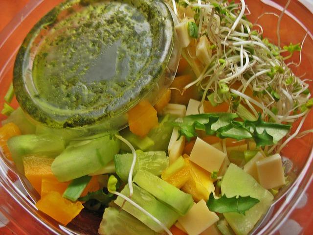 zdravý zeleninový salát s klíčky