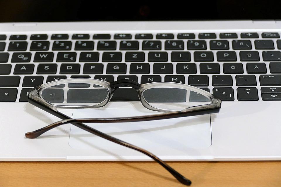 klávesnice s brýlemi