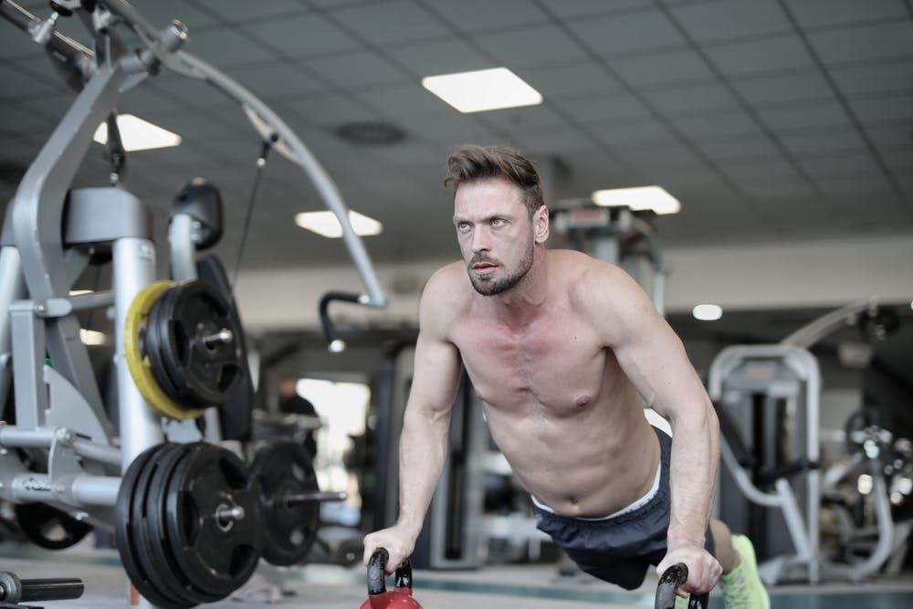 muž cvičí